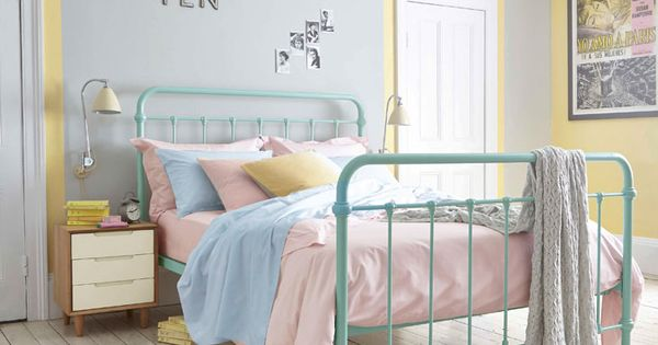Bright bedlinen in pretty pastel hues are perfect for a retro room