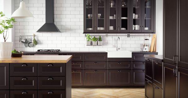 cuisine traditionnelle sombre avec plan de travail en bois massif et noir et lectrom nager de. Black Bedroom Furniture Sets. Home Design Ideas