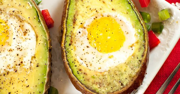 A healthy breakfast: eggs in avocado halves, love this idea!