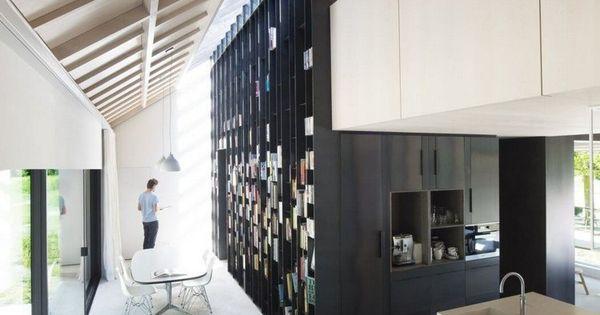 Bardage noir, peinture noire et baies coulissantes dans une villa ...