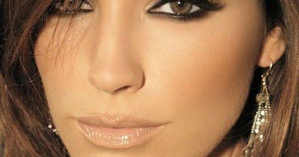 Smokey natural bridal makeup look. Dark smokey eyes with natural bronze bronzecheeks