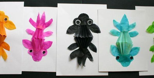 Petits poissons japonais sur fond encre en lien avec le for Bocal plastique poisson