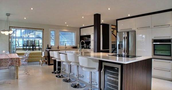 toute la famille peut s 39 accouder cet immense il t de cuisine cuisine contemporaine et pur e. Black Bedroom Furniture Sets. Home Design Ideas