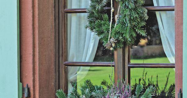 couronne et jardini re en sapin couronne sapin fenetre suspension branchage deco noel. Black Bedroom Furniture Sets. Home Design Ideas