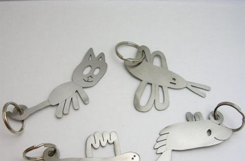 Your child's drawing on a key chain. Excellent idea!! giftidea fathersday mothersday-