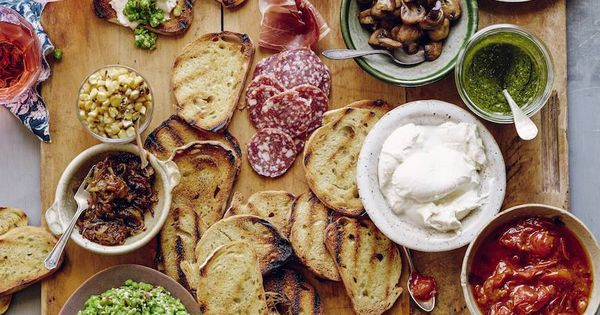 Doesn't this look delicious and fun... an: Italian Bruschetta Bar. Superb for