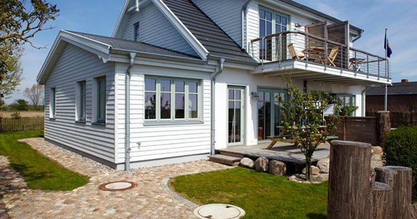 Landhaus look feldsteine pflastern die zufahrt zum domizil wei e schalung und farbige fenster - Pflaster ideen ...