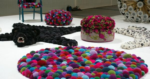 diy wohnideen handgefertigter bommel teppich f r ihr zuhause diy pinterest diy garland. Black Bedroom Furniture Sets. Home Design Ideas