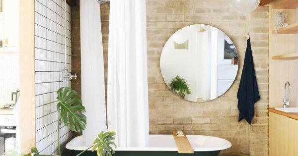 l g rement vintage avec son miroir rond xxl et son rideau pour la baignoire cette salle de. Black Bedroom Furniture Sets. Home Design Ideas