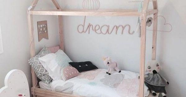 lit cabane dans une chambre d 39 enfants papier peint nuage lit cabane et nuage. Black Bedroom Furniture Sets. Home Design Ideas