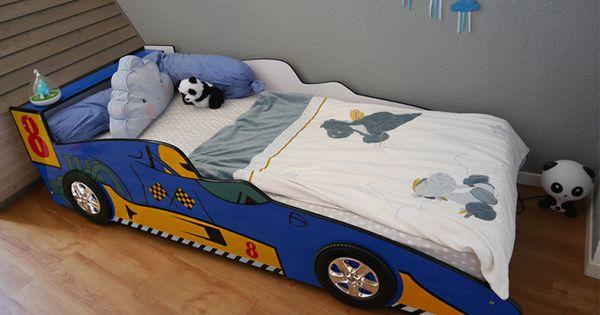 Un lit voiture de course bleu dans une chambre d 39 enfant une id e originale pour la chambre d 39 un for Chambre garcon voiture de course