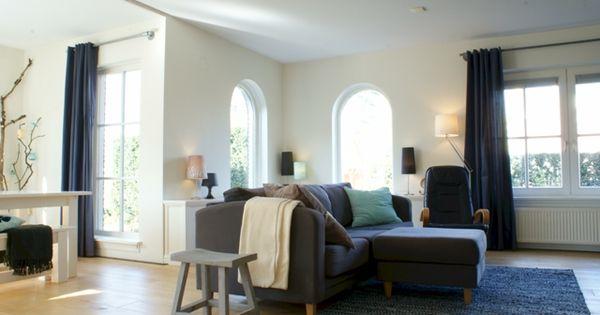 Lente woonkamer met de vrolijke lichte accentkleuren geel en blauw ...