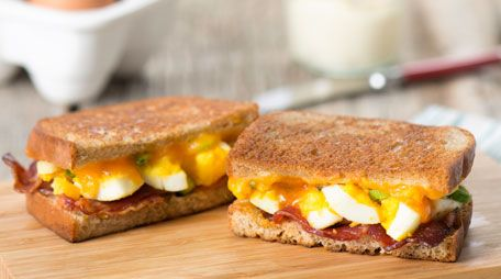 Bacon and egg sandwich, Egg breakfast sandwiches and Egg sandwiches on ...