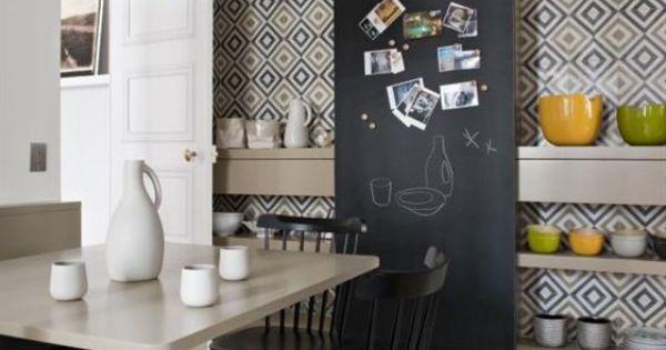 Cuisine beige et noir avec carrelage motif cuisine for Carrelage avec motif