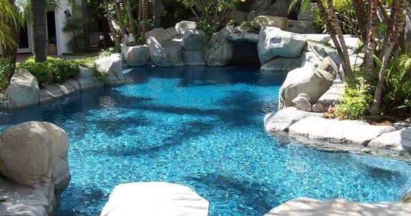 Piscine entour e de rochers ambiance nature piscines - Michael youn maison piscine ...