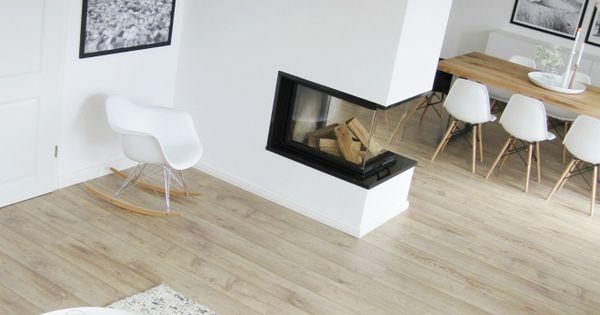 moderner wohnraum mit klaren strukturen und funktionalem