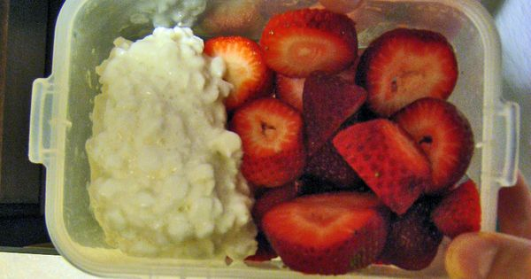 Healthy snack ideas: cottage cheese with berries