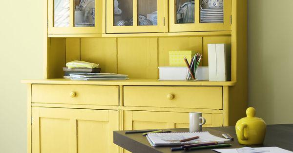 Ensoleillez votre salle manger ce buffet de cuisine traditionnel peint en jaune vif ressort for Cuisine peinte en jaune