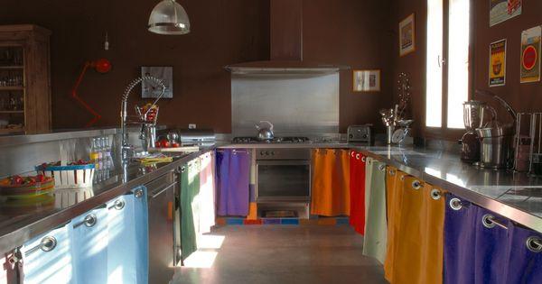Des rideaux multicolores en guise de portes de placard for Agencement cuisine carree