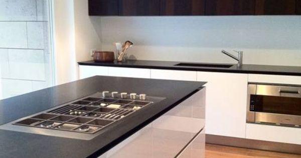 cuisine blanc lustre dessus comptoir noir dosseret blanc lustre et armoire du haut noir design. Black Bedroom Furniture Sets. Home Design Ideas