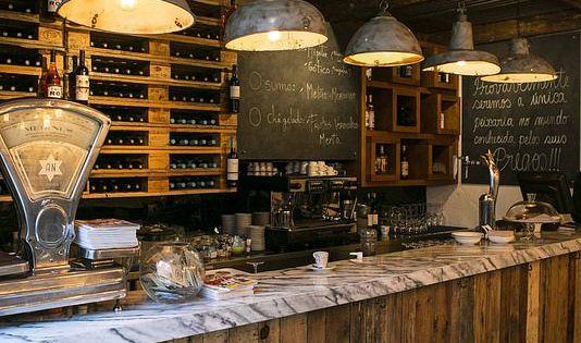 Una barra de bar de estilo industrial con tablones de for Barra estilo industrial