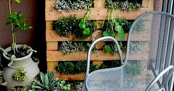 I love this pallet garden idea for an herb garden