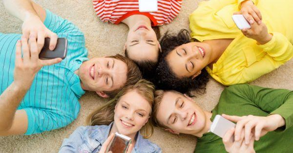 Friends With Their Smartphones Oportunidades De Negocio Negocios Globales Metas