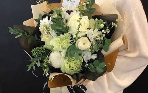 اجمل صور بوكيه ورد كبير و صغير و فرنسي اجمل الالوان و الصور فوائد زراعة الورد صور اجمل 15 بو Flowers Bouquet Beautiful Flower Arrangements Floral Bouquets