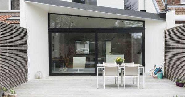 la m tamorphose d 39 une maison sombre des ann es cinquante en logement minimaliste noir et blanc. Black Bedroom Furniture Sets. Home Design Ideas