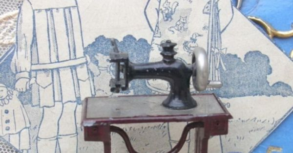 Ancienne adorable machine coudre miniature 1950 for Machine a coudre 1950