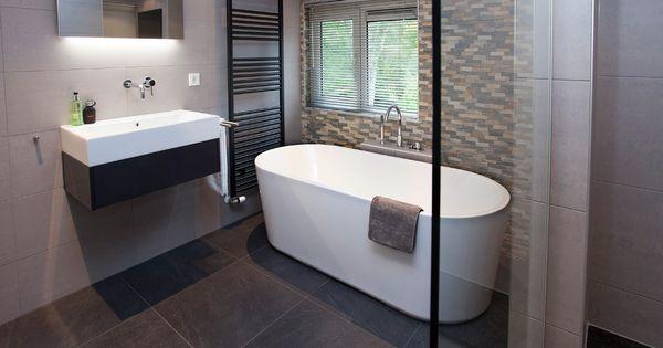 Deze warme badkamer is ingericht met een prachtig ontworpen ovaal bad tot rust komen gaat prima - Winkelruimte met een badkamer ...