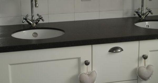 Landelijk badkamermeubel voorzien van een composiet stenen blad met twee ronde keramische - Ouderlijke badkamer ...