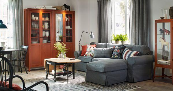 Traditionell Eingerichtetes Wohnzimmer Mit HEMNES Schrank Mit   Wohnzimmer  Rot Braun