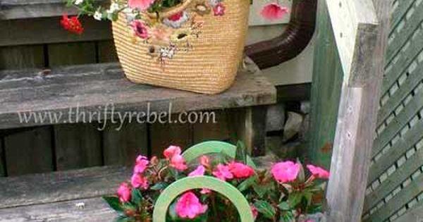 20 ideas para crear maceteros con objetos reciclados para for Objetos decoracion jardin