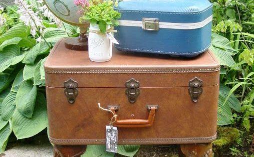 une commode avec de vieilles valises 20 id es cr atives vieilles valises valises et commodes. Black Bedroom Furniture Sets. Home Design Ideas