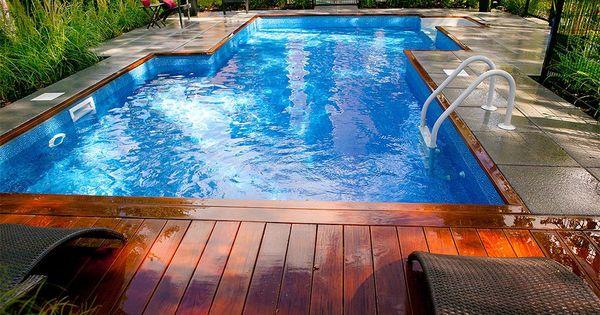 Am nagement paysager contemporain d 39 une cours arri re avec for Amenagement exterieur piscine creusee