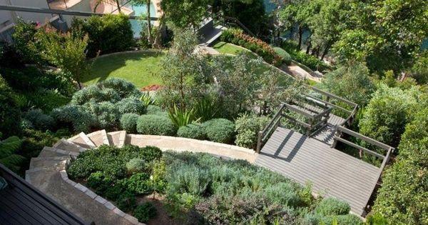 Jardin en pente moderne plantes tapissantes et terrasse for Plante jardin moderne