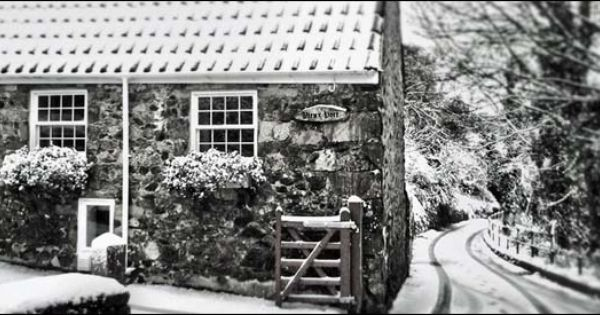 Guernsey Cottage In The Snow Photo By Mike Archer Near Moulin Huet Bay In The Channel Islands Guernsey Holiday Break House Styles