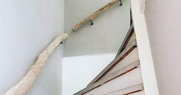 Trapleuning van licht natuurhout trap trapleuningen hout natuur interieur gang - Hout deco trap ...