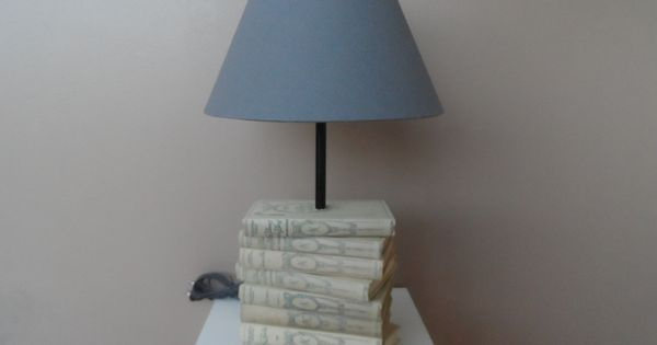 lampe de style ancien abat jour taupe pied en pile de. Black Bedroom Furniture Sets. Home Design Ideas
