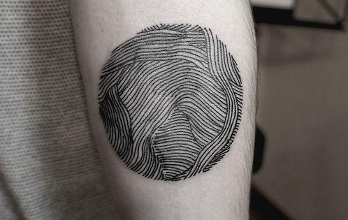 Тату руки в черном кругу