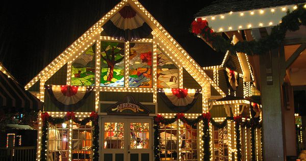 Christmas Decorations In Pigeon Forge Tn : Dollywood theme park christmas lights pigeon forge tn
