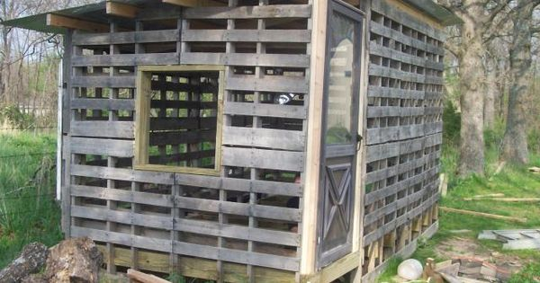 Pallet chicken coop i love this design what a great way for Pallet chicken coup