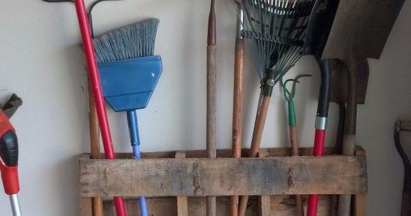 Palette En Bois Pos E Sur Le C T Permettant D 39 Y Ranger Les Outils Du Jardin Ou De Bricolage Ou