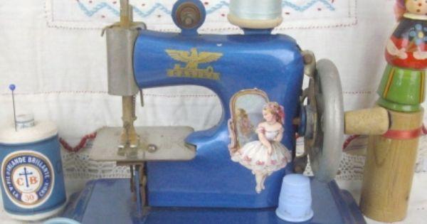 Ancienne adorable petite machine coudre jouet casige for Machine a coudre jouet