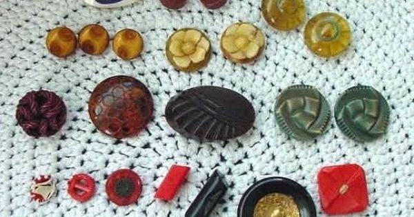 24) BAKELITE BUTTONS CARVED HEAVY PIERCED ROOTBEER CARAMEL etc ...