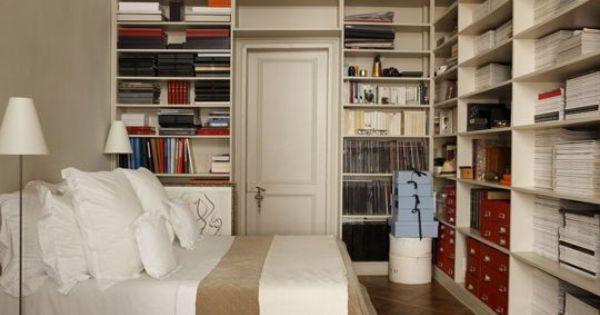 Une Grande Biblioth Que Sur Les Murs De La Chambre Une Chambre Bien Rang E C 39 Est Possible