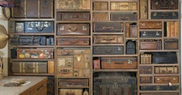 mur de rangement planches de r cup vieilles valises et. Black Bedroom Furniture Sets. Home Design Ideas