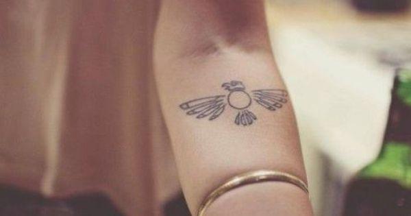 Pequeno Tatuaje Del Ave Fenix En El Antebrazo El Fenix Correspondiente Al Bennu Egi Tatuaje Parte Interna Del Antebrazo Tatuajes De Moda Patrones De Tatuajes