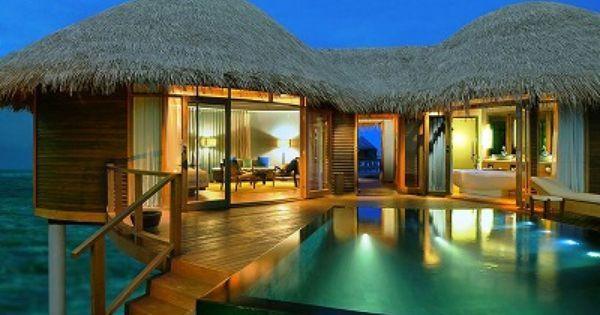 広い屋外オープンリビングが開放的 優雅なプール付きの豪邸 In タイ